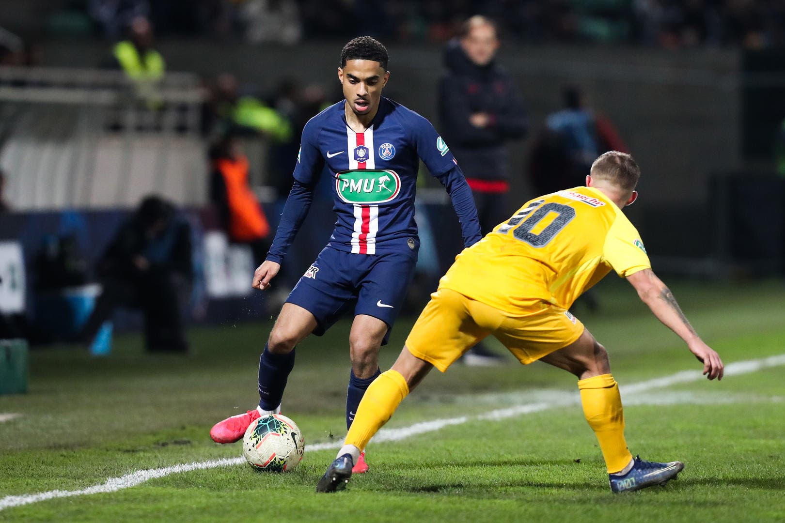 https://www.foot01.com/img/images/1920x1080/2020/Jan/29/psg-dagba-victime-du-desastreux-terrain-de-pau-icon_19-20-pau-vs-psg-075,276851.jpg