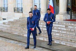 Les Bleus décorés, Geneviève de Fontenay a cartonné Emmanuel Macron!