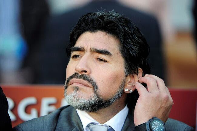 Maradona reprend de volée la main d'un supporter