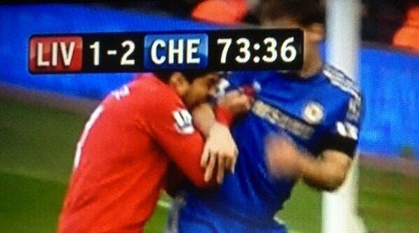 Photo : Suarez a mordu Ivanovic pendant Liverpool-Chelsea