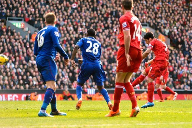 Suarez joue le Père Noël de Liverpool