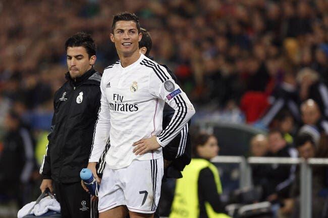 Cristiano Ronaldo reçoit un trophée assez alambiqué
