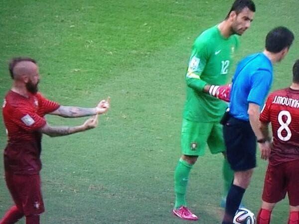 Photo : Meireles fait un double doigt d'honneur à l'arbitre !