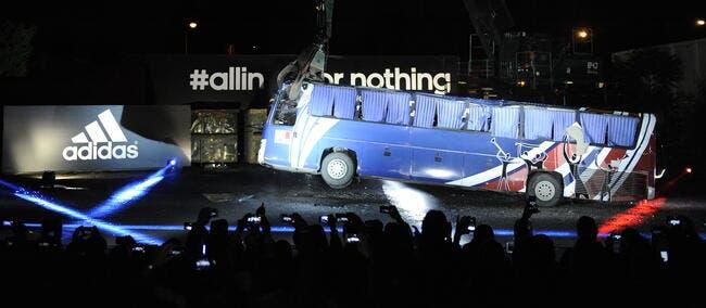 Adidas détruit symboliquement le bus de Knysna