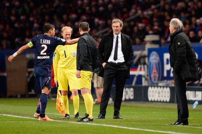 Un joueur du PSG félicite Blanc et Cavani