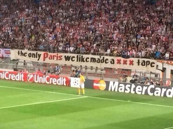 Photo : Paris Hilton ou Paris SG, les fans de l'Ajax ont choisi