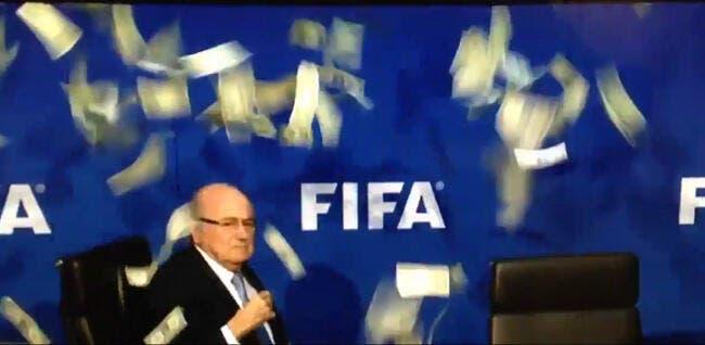 Vidéo : Blatter «agressé» en live avec des dollars