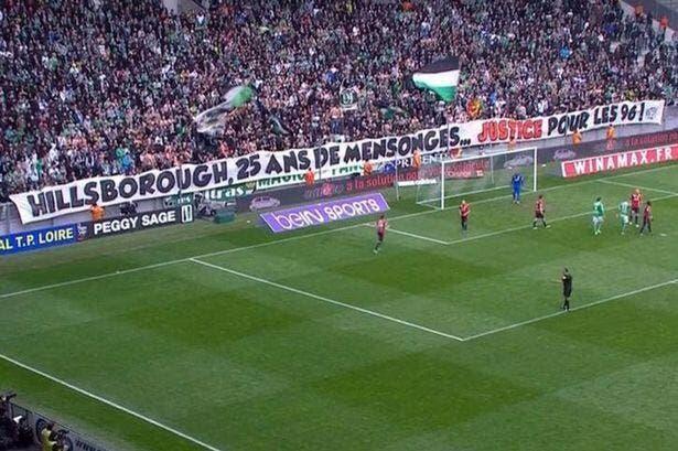 La banderole des fans de l'ASSE saluée à Liverpool