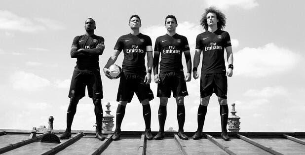 Le PSG présente officiellement son maillot third tout noir
