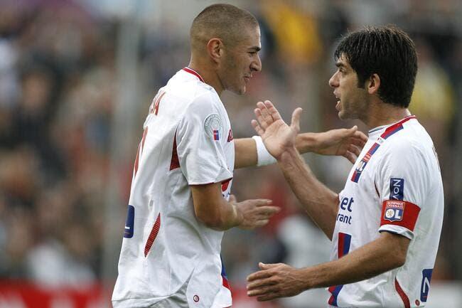 OL : Karim Benzema reçoit le ballon d'or version Juninho