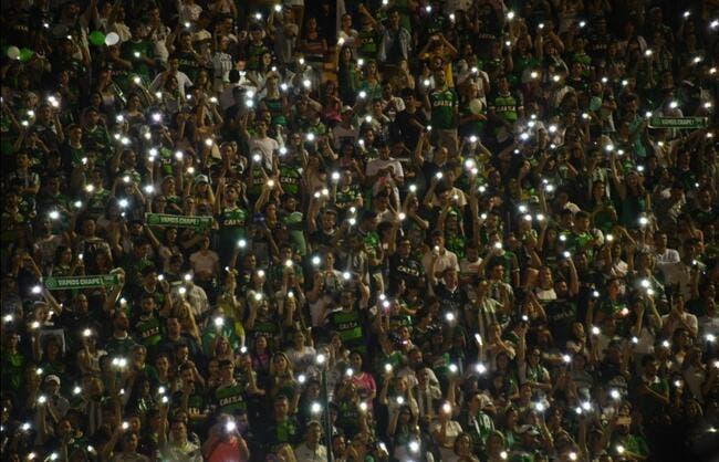 Vidéo : Les fans de Chapecoense rendent un vibrant hommage