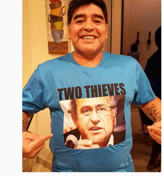 Maradona sort un tee-shirt qui traite Platini et Blatter de voleurs