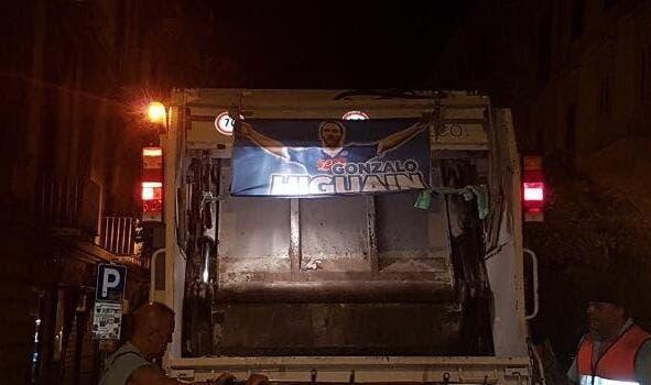Naples: Maillots brûlés, affiches découpées, le départ d'Higuain rend fou