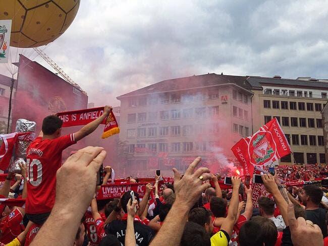 Les fans de Liverpool lancent un énorme You'll Never Walk Alone en Suisse !