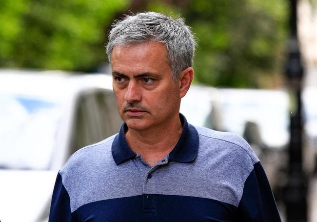 Bouteille de vin et cravate rouge et noire, Mourinho a signé à MU !