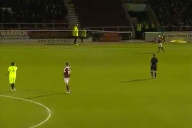 Vidéo : Un footballeur anglais se plante et fait une passe...à un stadier