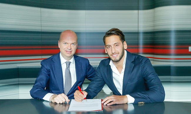 Officiel : Hakan Calhanoglu rejoint le Milan AC