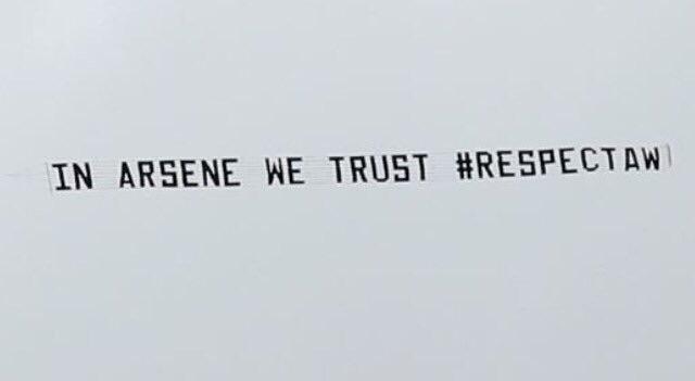 Photo : ...et un autre avion pour soutenir Wenger !