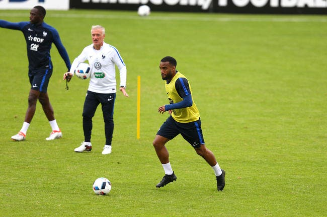 France : Deschamps met gentiment la pression à Lacazette