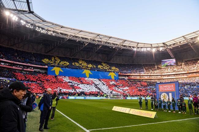 Aulas tape sur les doigts de ses supporters — Lyon