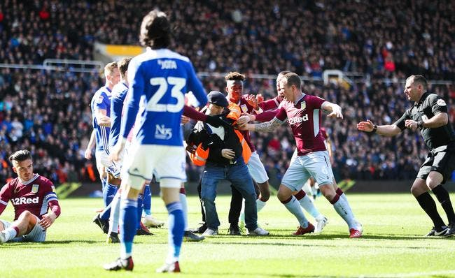 Vidéo : Un joueur de D2 anglaise agressé en plein match !