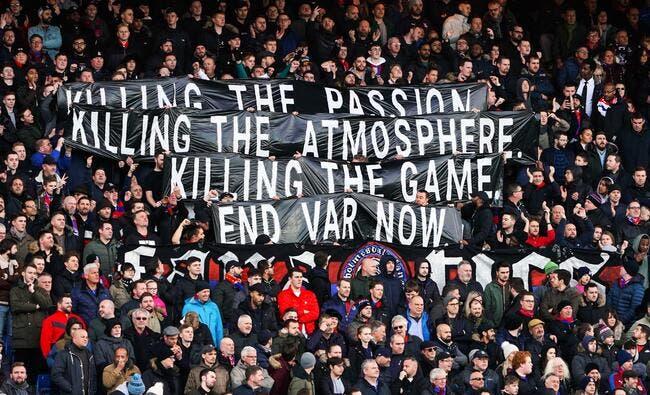 Ang : Une foudroyante banderole anti-VAR en Premier League