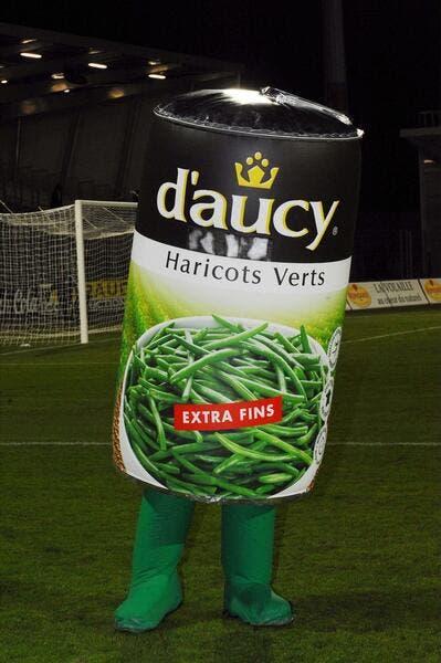 La photo de l'année – 2e : Le charme de la Ligue 2 tient dans une boite d'haricots