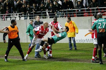 French Fury: After Louis Fernandez does an Alex Ferguson, Reims & Nimes have a punch up